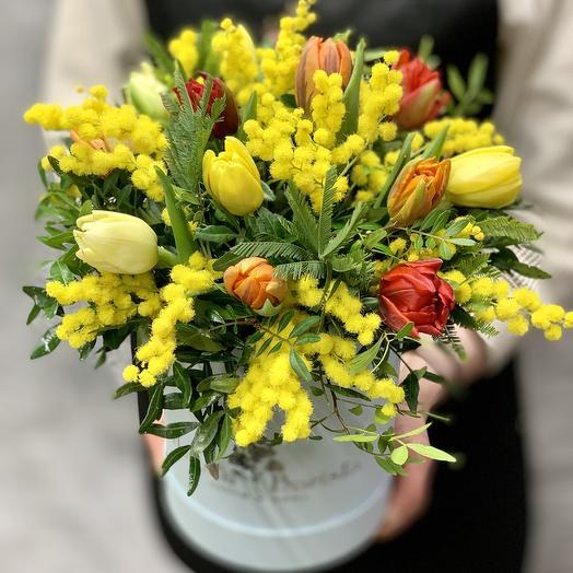 Яркая коробочка с тюльпанами и Итальянской мимозой