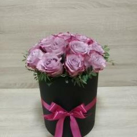 Черная коробка с сиреневыми розами