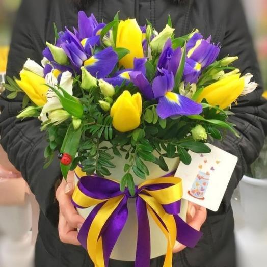 Композиция из ирисов  и тюльпанов
