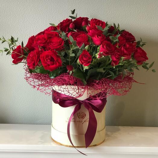 Цветы в коробке кустовая роза Яркая встреча