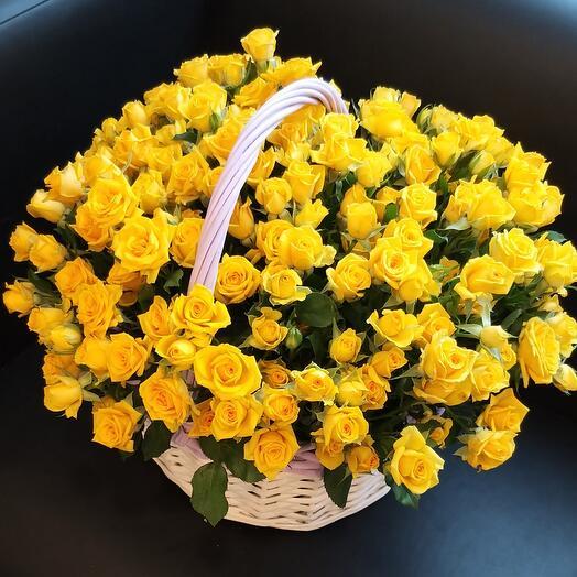 Корзина с жёлтыми кустовыми розами