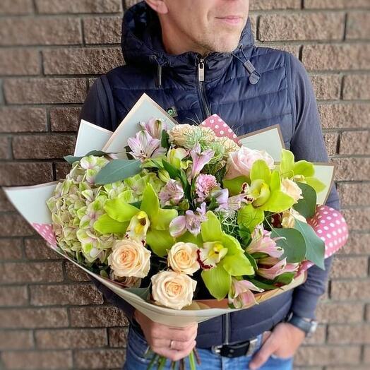 Пышный букет с гортензией и орхидеями