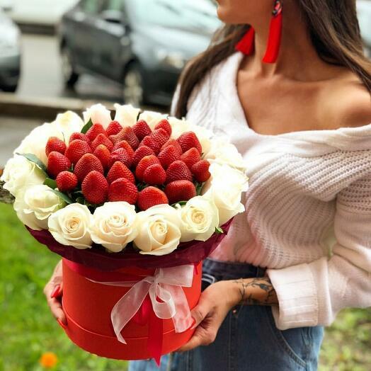 Цветы в коробке со свежей клубникой 🍓 🌸