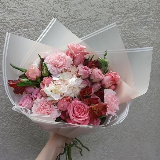 Нежный букет с гортензией и ассорти цветов