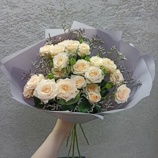 Красивый букет кустовых роз 60 см