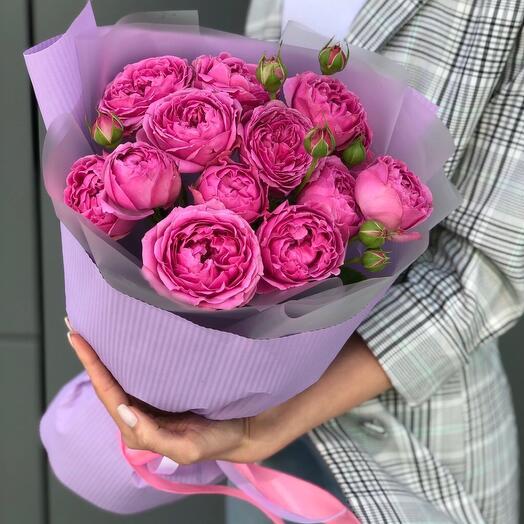 5 пионовидных  кустовых  розы в оформлении