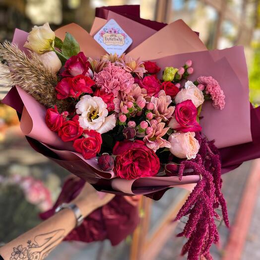 Букет из роз, эустомы и диантусов «Амарант»