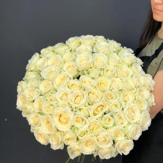 Букет из 71 белой местной розы 60 см: букеты цветов на заказ Flowwow