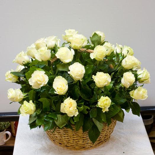 Корзина из 51 белой розы: букеты цветов на заказ Flowwow