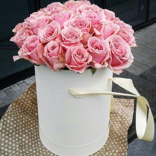 Розовые розы в белой(кремовой) шляпной коробке: букеты цветов на заказ Flowwow