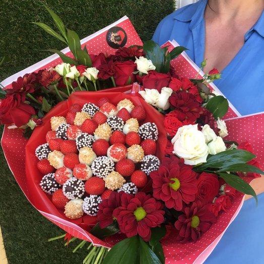 Букет из цветов и клубники Горячая любовь: букеты цветов на заказ Flowwow