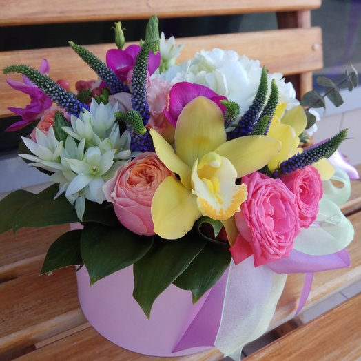 Коробка с розами и орхидейкой