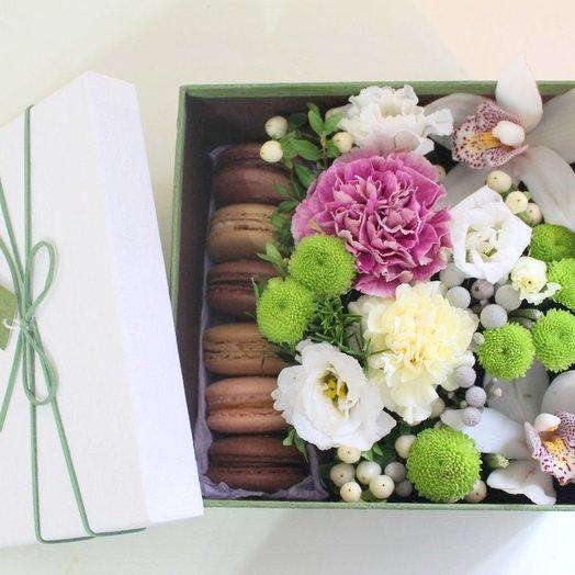 Набор с макарунами и цветами