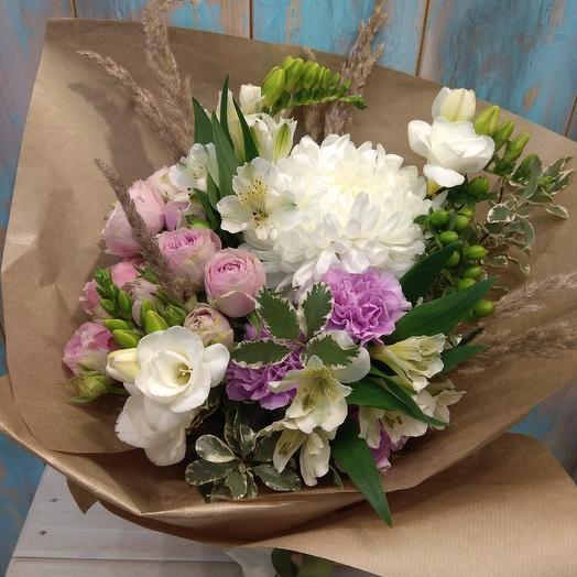 Нежный букет из хризантемы, кустовой розы и фрезии: букеты цветов на заказ Flowwow