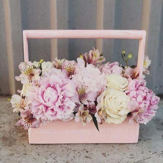 Ящичек с пионами: букеты цветов на заказ Flowwow