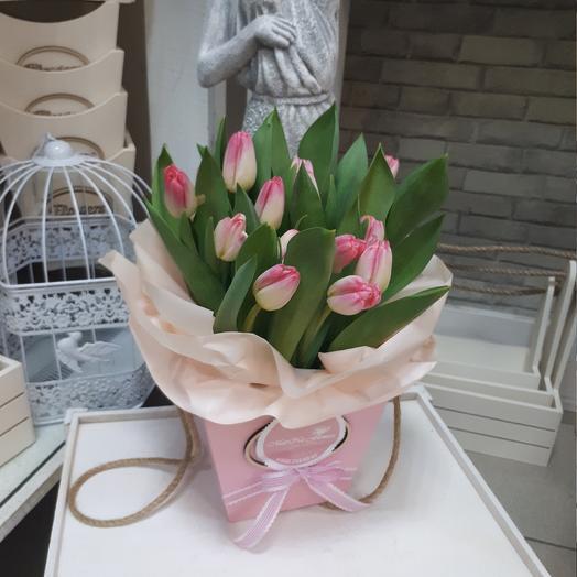 Розовые тюльпаны в деревянном ящике