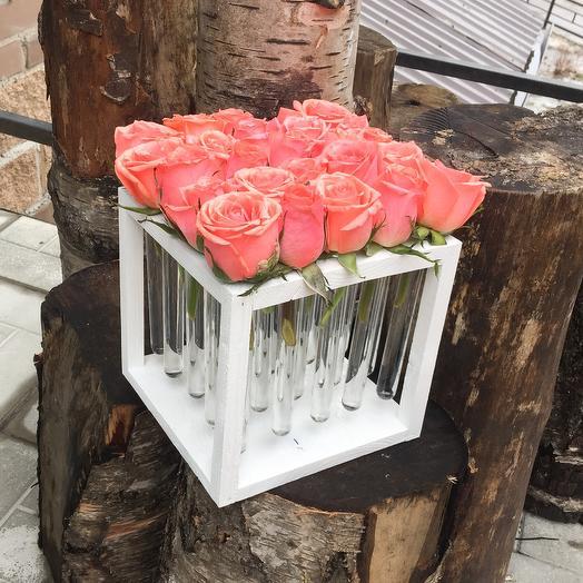 25 роз в колбочках на деревянной подставке: букеты цветов на заказ Flowwow