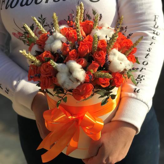Коробки с цветами. Кустовые розы. Хлопок. Пшеница. N458: букеты цветов на заказ Flowwow