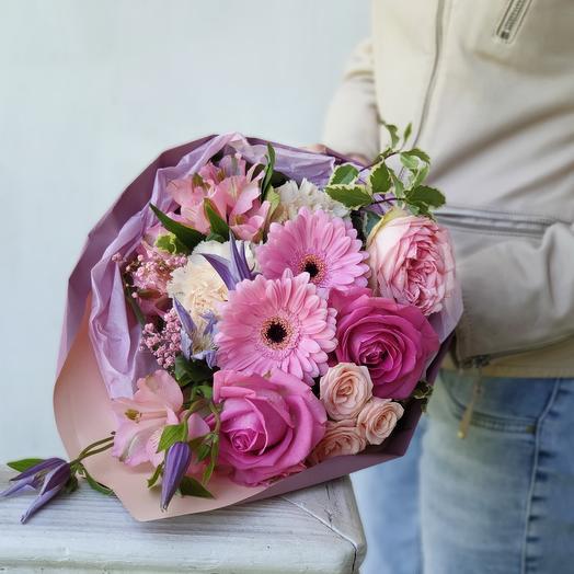 Розовый букет из роз, клематиса и гербер