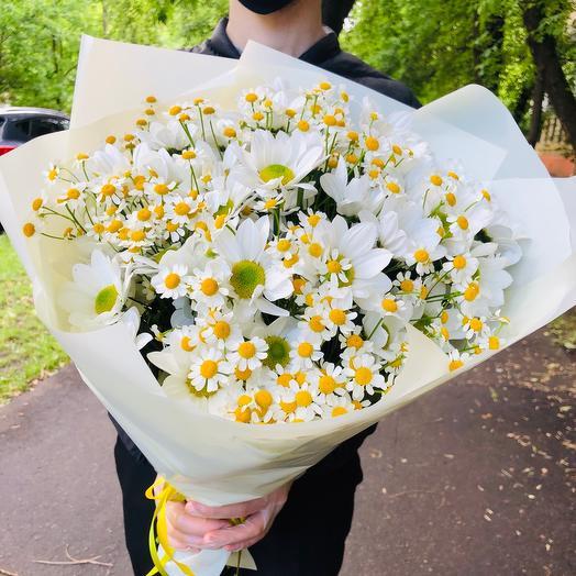 Букет из ромашек (танацетум) и хризантемы кустовой ромашковой белой