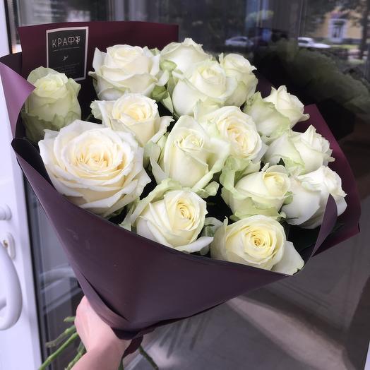 15 белых роз в упаковке