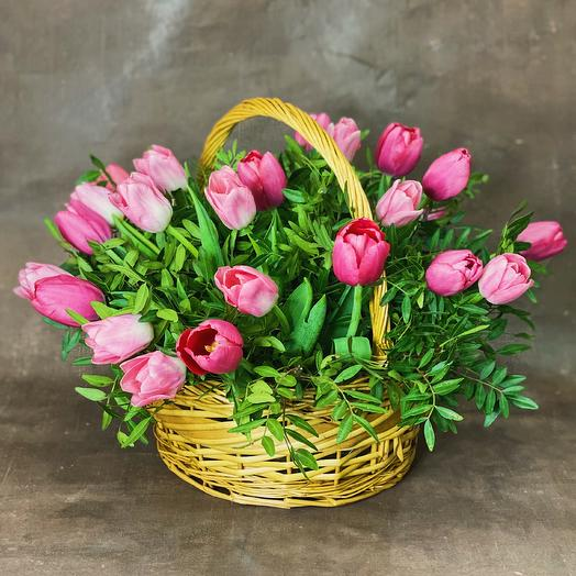 Корзина из розовых тюльпанов