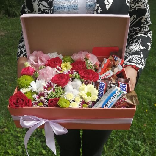Цветы в коробке и сладости