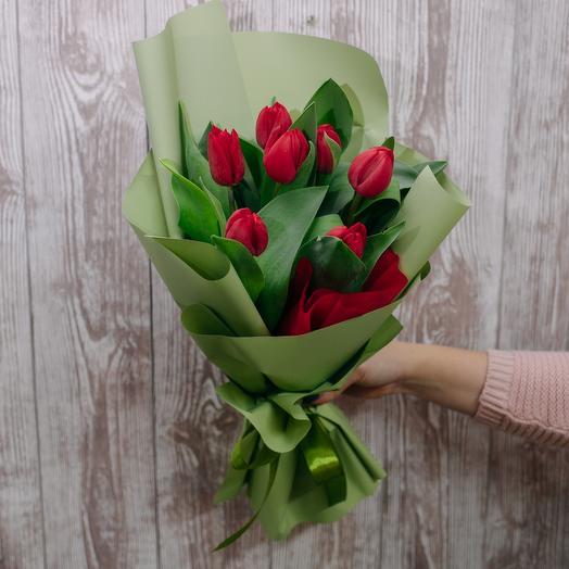 7 тюльпанов в дизайнерской упаковке