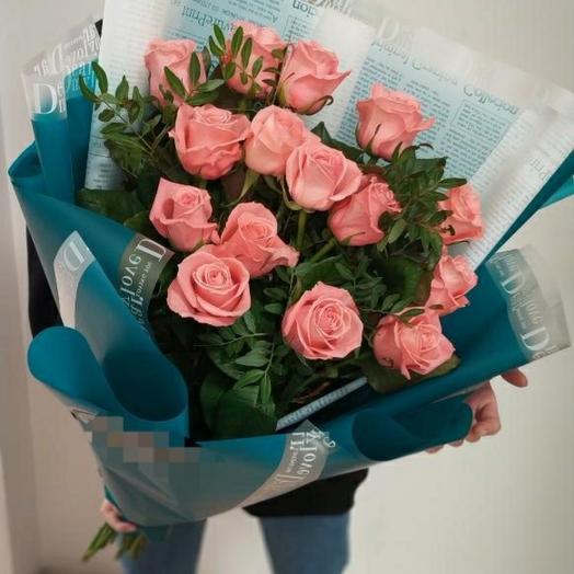 15 розовых роз с оформлением