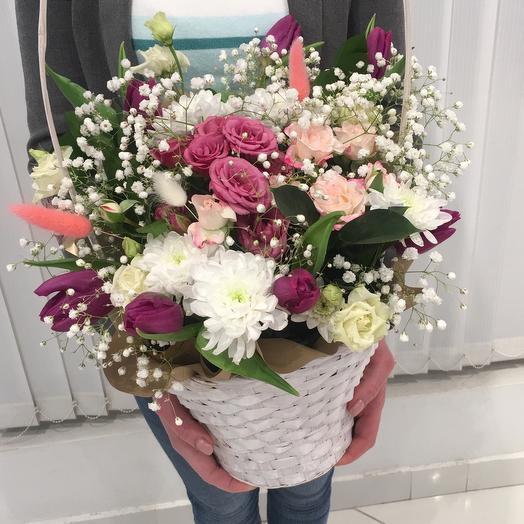 Тюльпаны и розы в корзине