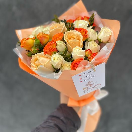 Букет оранжевых и белых кустовых роз и роз Аваланж пич