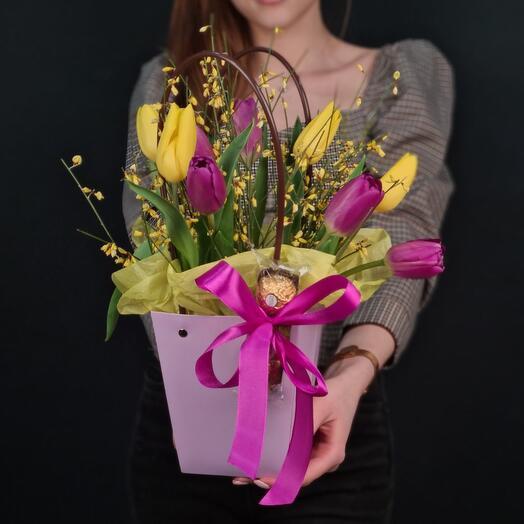 Сумочка с тюльпанами, генистой и Фереро роше 💐
