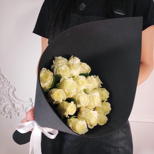 Букет из 19 Белых роз(коробка конфет в подарок, условие в описании)