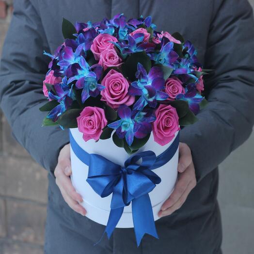 Розовые розы и синие орхидеи в белой коробке