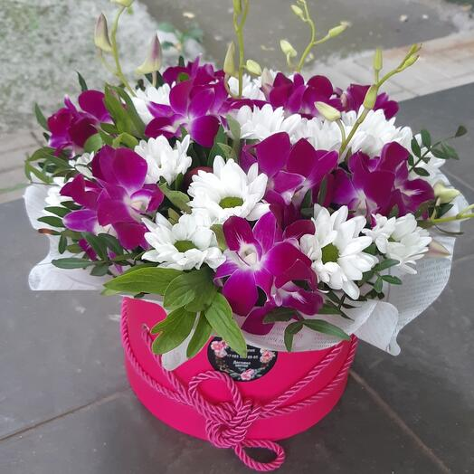 Коробка с орхидеей и пионами