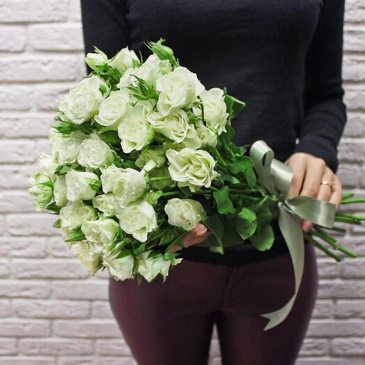 11 белых кустовых роз с рафаэлло