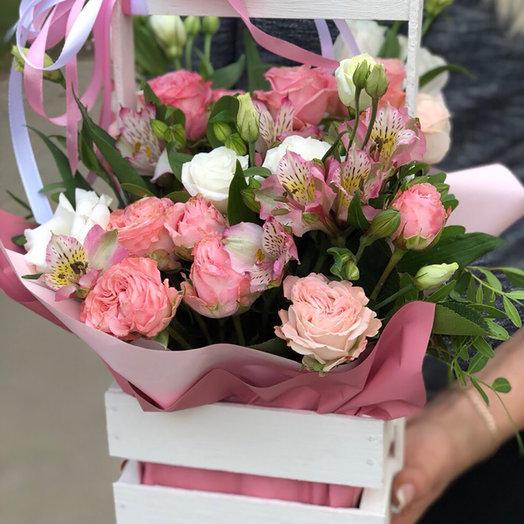 пионовидные розы в деревянном ящике