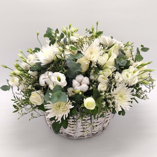 Корзина с белыми цветами: букеты цветов на заказ Flowwow
