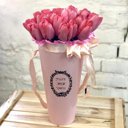 Букет из розовых тюльпанов в шляпной коробке: букеты цветов на заказ Flowwow