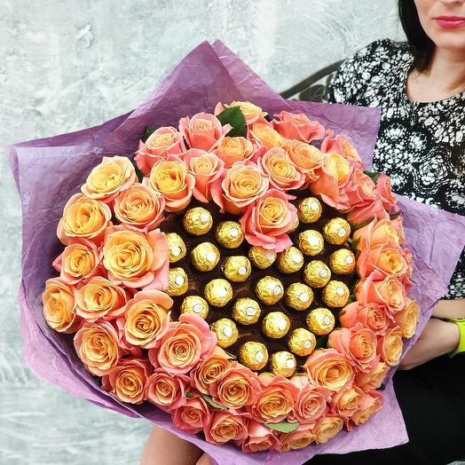 Шикарное сердце из коралловых роз и конфет Рафаэлло