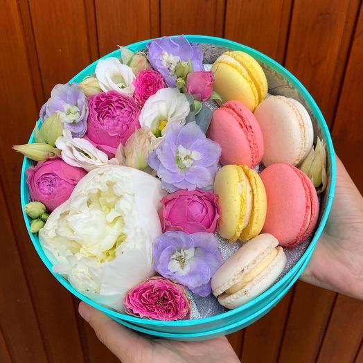 Коробочка с пирожными: букеты цветов на заказ Flowwow
