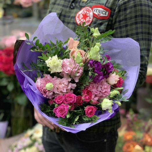 Яркий букет с кустовыми розами и ароматной матиолой: букеты цветов на заказ Flowwow