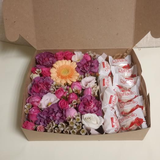 Коробка с цветами и раффаэлло: букеты цветов на заказ Flowwow