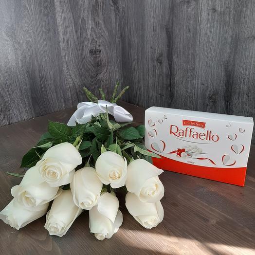 Монобукет из белой розы и раффаэлло