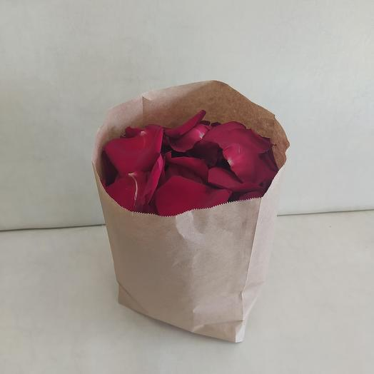 Пакет с красными лепестками