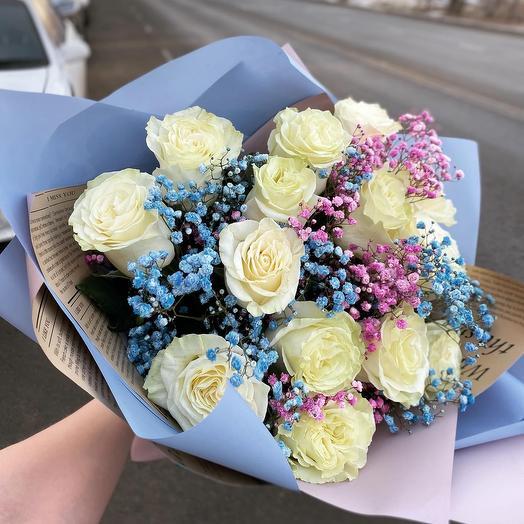 Букет из белых роз и цветной гипсофилы