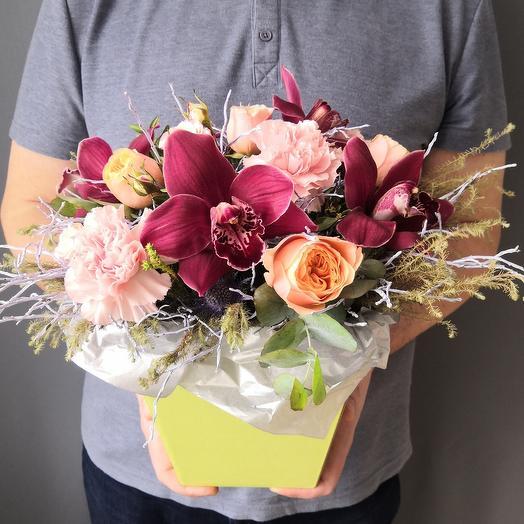 Авторский букет с пионовидными розами и орхидеей