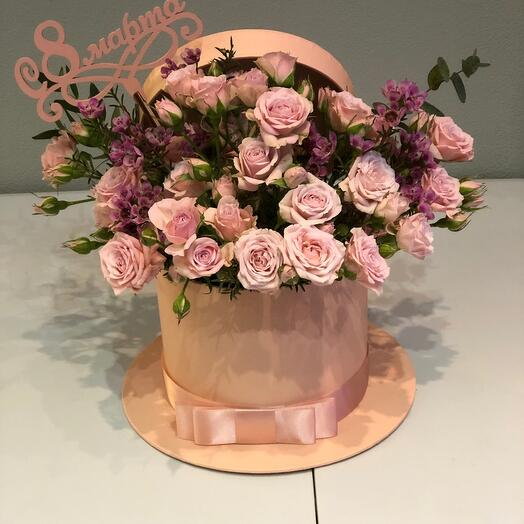 Цветы в коробке нежная кустовая роза