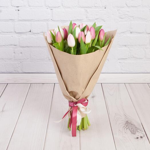 Букет из 21 тюльпана бело розовый микс в крафте