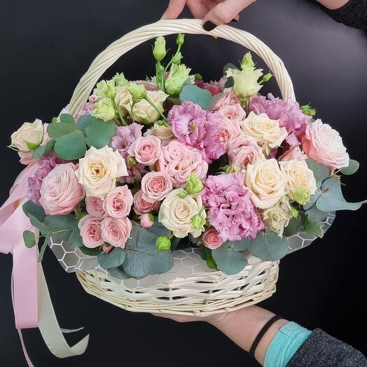 Корзина с пионовидными розами и эустомой